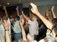Vecinos de Bárcena del Bierzo piden la dimisión del alcalde de Ponferrada por el recorte del transporte público a su pedanía. Ponferrada, 13 julio 2009. Foto: Enrique L. Manzano.