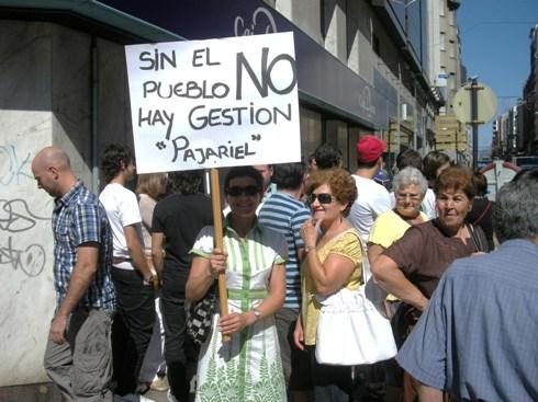 Una manifestante reclama participación de las pedanías en las decisiones municipales. Ponferrada, 29 agosto 2009. Foto: Enrique L. Manzano.
