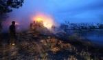 Un incendio provocado calcinó una buena parte de las balas de basura acumulada en el Depósito temporal de residuos de Santa María del Páramo (León). 27 jul. 2009.