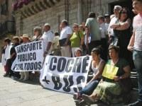 Vecinos de Bárcena del Bierzo protestan contra el recorte del transporte público a su pedanía desde Ponferrada. 13 julio 2009. Foto: Enrique L. Manzano.