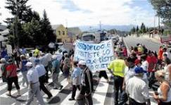 Vecinos de Bárcena del Bierzo cortan la carretera Ponferrada - Villablino en protesta contra el recorte del transporte público. Julio 2009. Lacronica.es.