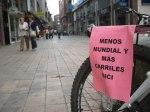 'I Bicicletada reivindicativa'. '¡Menos Mundial y más carriles bici'. Ponferrada, 29 sept. 2009. Fuente: unecologistaenelbierzo.wordpress.com. Foto: Enrique L. Manzano.