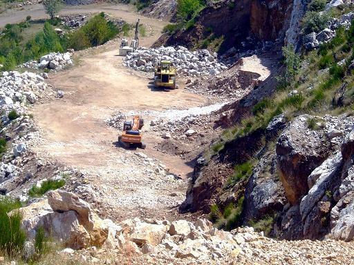 Máquinas trabajando ilegalmente en la cantera de la Peñas del Horno. Paradela de Muces, 16 agosto 2009. Fuente: unecologistaenelbierzo.wordpress.com.