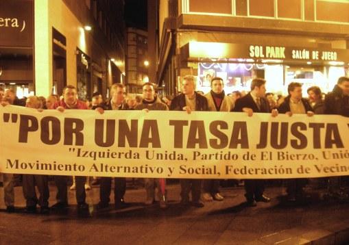 Cabecera de la manifestación contra Gersul. Ponferrada, 27 nov. 2009. Fuente: unecologistaenelbierzo.wordpress.com. Foto: Enrique L. Manzano.