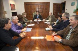El alcalde de Camargo, Diego Movellán, con los representantes vecinales de Cacicedo, Escobedo, Herrera, Maliaño, Muriedas y Revilla. Fuente: aytocamargo.es.