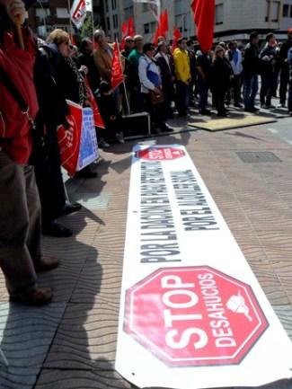 Pancarta de la PAH en la manifestación del Primero de Mayo. Ponferrada, 1 mayo 2013. Foto: Enrique L. Manzano.