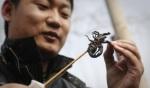 Un asiático se prepara para comer un escorpión. Fuente: eldiario.es.