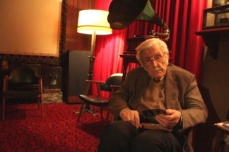 Tomàs Mallol en su casa, con algunos de sus 'tesoros' cinematográficos. 2013. Fuente: vilaweb.cat. Foto: ACN.