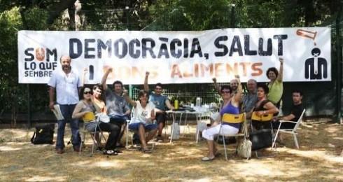 Activistas de 'Som lo que sembrem' en huelga de hambre contra los transgénicos frente al Parlamento de Cataluña. Fuente: somloquesembrem.wordpress.com. Barcelona, junio 2009.