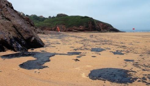 Aspecto de una de las playas afectadas por el vertido de fuel. 26 jun. 2013. Fuente: Cea.