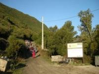 Aspecto del inicio de la pista al pico Miravalles, con contenedores volcados y restos de obra. Guímara. 28 sept. 2008. Foto: Enrique L. Manzano.