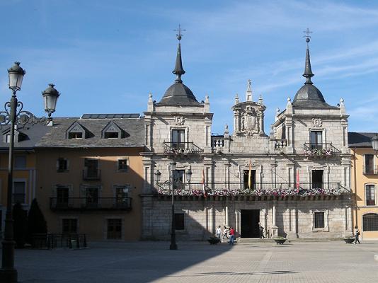 El ayuntamiento de Ponferrada y el edificio adjunto donde se celebran habitualmente las reuniones de la AL21. 14 jul, 2008. Foto: Enrique L. Manzano.
