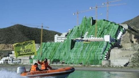 Una protesta de Greenpeace ante el hotel 'El Algarrobico'. 2012. Fuente: Greenpeace.org.
