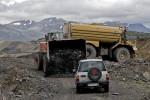 El todoterreno de los ecologistas es bloqueado por las máquinas de Victorino Alonso. Laciana. 28 jun. 2009. Rtve.es.