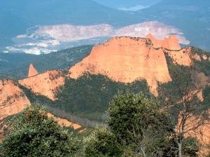 La cantera de Catisa destaca en color blanco por detrás del paisaje de las Médulas. 2 marzo 2008. Fuente: unecologistaenelbierzo.wordpress.com.