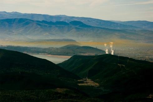Una vista del Bierzo al atardecer, en la que se distingue el pantano de Bárcena y las chimeneas de la central térmica de Compostilla II.