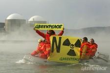 Activistas de Greenpeace denuncian la falta de seguridad de la central nuclear de Almaraz (Cáceres). 24 mayo 2007. Fuente: greenpeace.org.