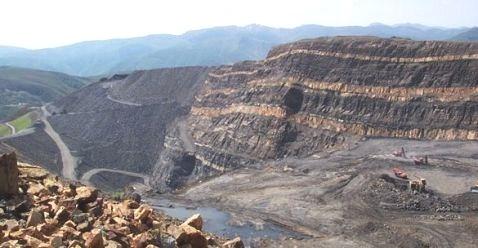 Destrozos de la minería a cielo abierto en Laciana.  Mina de 'El Feixolín'. 2010. Filonverde.org.