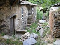 El abandono de las casas es patente en Montes de Valdueza, aunque algunos vecinos hayan arreglado la suya. 19 agosto 2008. Fuente: unecologistaenelbierzo.wordpress.com. Foto: Enrique L. Manzano.