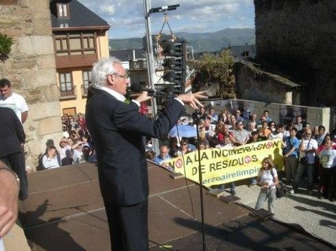 El periodista Luis del Olmo interviene en la manifestación contra la incineración de residuos en Cementos Cosmos. Ponferrada, 14 mayo 2011. Foto: Enrique López Manzano.