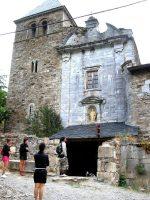 El acceso principal del monasterio de Montes de Valdueza, con su torre lateral cuadrada, luce una belleza austera y magnífica. 19 agosto 2008. Foto: Enrique L. Manzano.