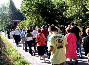 Manifestación vecinal para exigir mejoras en el acceso a los pueblos del valle del Oza. 9 agosto 2009. Fuente: lacronicadeleon.es.