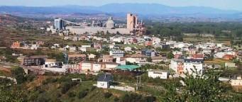 Una vista de Cementos Cosmos con la población de Toral de los Vados en primer término. 2008.