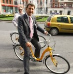 El ex alcalde Carlos López Riesco presentando el servicio municipal de préstamo de bicicletas de Ponferrada. Julio, 2007. Bierzonatura.blogspot.com.
