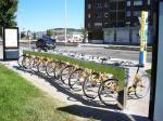 Una bancada del servicio de prétamo de bicicletas municipal descuidada. Ponferrada, 29 agosto 2009. Foto: Enrique L. Manzano.