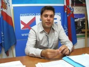 El portavoz del Partido del Bierzo, IvánAlonso, informando sobre la oposición de su partido al proyecto Aqualdre Zinc S.L. 2010. Bierzohoy.com.