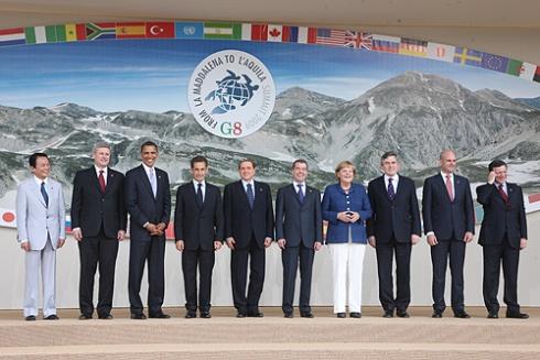 El G8 posa para los medios antes de empezar las reuniones. L'Aquila (Italia). 8 junio 2009. Wikipedia.org.