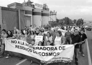 Manifestación vecinal en Córdoba contra Cementos Cosmos.13 sept. 2007. Diariodecordoba.com. Foto: Luis Colmener.