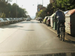 Un automovilista se dispone a adelantar a un ciclista en una calle de Ponferrada. 22 sept. 2009. Fuente: unecologistaenelbierzo.wordpress.com. Foto: Enrique L. Manzano.
