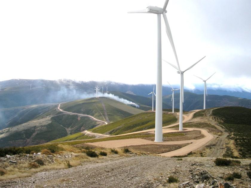 Eólicas cerca de la cima del Pico Becerril. Palacios de Compludo. 23 nov. 2008. Foto: Enrique L. Manzano.
