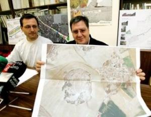 Los miembros de Ecologistas en Acción, Javier Rodríguez y Alberto Rueda, muestran un plano de la zona denunciada en Villavieja del Cerro. 21 dic. 2009. Diariodevalladolid.com.