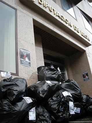 Protesta ante la Diputación Provincial de León por su pésima gestión de los residuos. Ponferrada, 27 nov. 2009. Foto: Enrique L. Manzano.