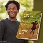 El joven Ishmael Beah y la portada de su libro 'A long way gone'.