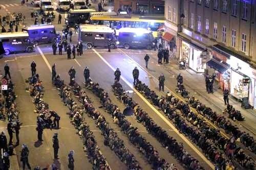 La policía de Dinamarca procede a realizar detenciones masivas de activistas climáticos. Copenhague, 12 nov. 2009. Fuente: lajornada.com.
