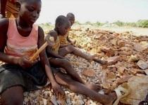 Niños africanos trabajando.