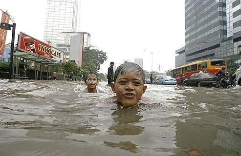 Niños nadando en una calle inundada de Yakarta (Indonesia). 2009.