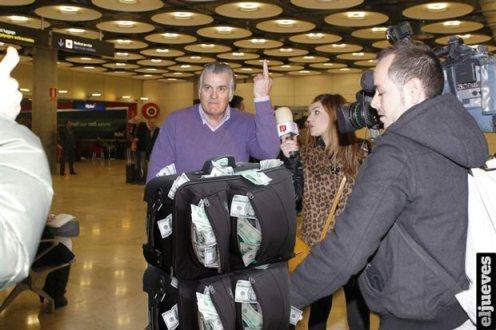 Peineta de Bárcenas a la prensa.18 febr. 2013. Eljueves.com.