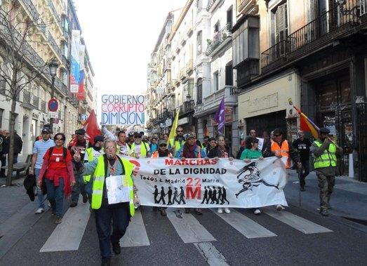 Un grupo de manifestantes se dirige hacia el punto de inicio de la manifestación. Madrid, 22 marzo 2014. Fuente: unecolgistaenelbierzo.wordpress.com. Foto: Enrique L. Manzano.