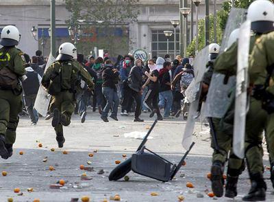 Manifestantes se enfrentan con efectivos policiales en Atenas. 7 dic. 2009. Elpais.com.