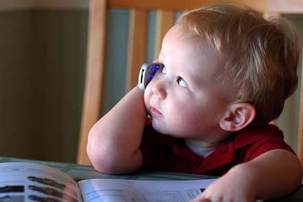 Los niños menores de ocho años  nunca deberían usar celulares. Fuente: Paratimama.com.ve.