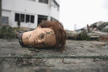 Cabeza de maniquí abandonada tras el tsunami en Fukushima. 11 marzo 2011.