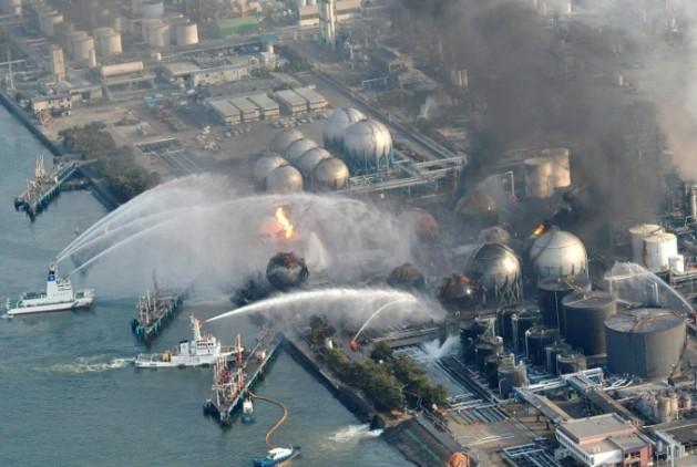 Barcos japoneses Intentan apagar el incendio del reactor nuclear de Fukushima I. Marzo 2011. Adnpressonline.blogspot.com.es.