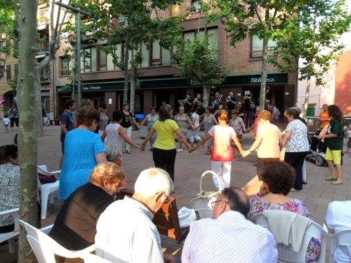 Unos vecinos bailan la sardana en una fiesta popular. Begues, 20 jul. 2013.  Fuente: unecologistaenelbierzo.wordpress.com. Foto: Enrique L. Manzano.