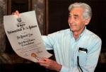 Howard Zinn recibe el título de Doctor Honoris Causa por la Universidad de La Habana en Ciencias Históricas. 24 jun. 2004. Fuente: efe. Foto: Enrique de la Osa.