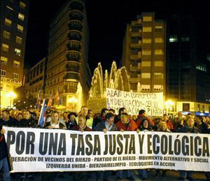 Manifestación contra la pésima gestión de los residuos de Gersul. Ponferrada, 27 nov. 2009. Fuente: unecologistaenelbierzo.wordpress.com. Foto: Enrique L. Manzano.