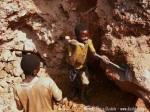 Niños trabajando en una mina de coltan. Fuente: flasdance.com.